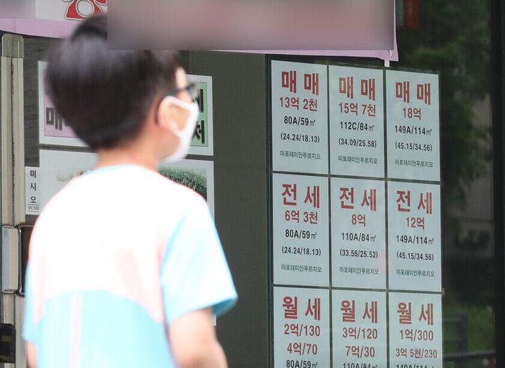 5일 오후 서울 마포구 한 부동산 외벽에 '마포래미안푸르지오' 매물 안내문이 붙어 있다. 지난해 12월 정부가 15억원 대출 규제를 발표한 뒤 주춤하던 아파트 매매가는 강남3구 아파트값이 오르기 시작하자 15억원을 다시 넘겼다.