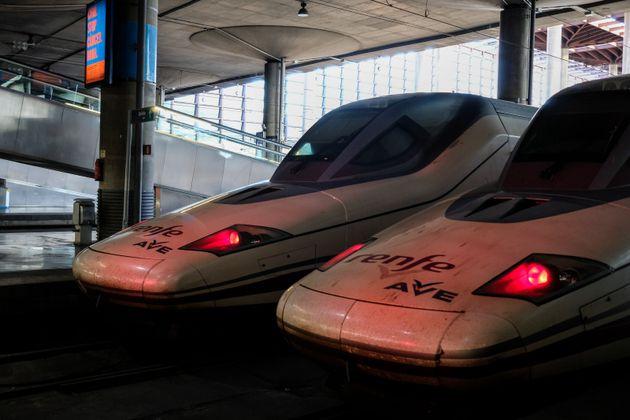 Dos trenes de Renfe en la estación de