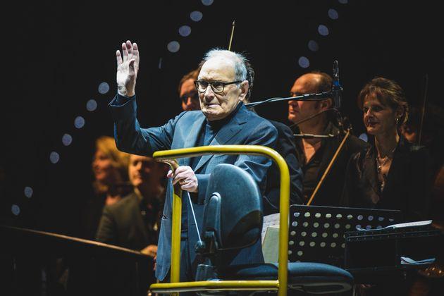 Le compositeur italien Ennio Morricone salue le public lors de sa tournée «60 ans de musique»,...