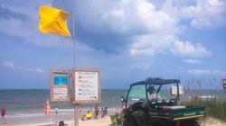 La Guardia Civil explica el verdadero significado de la bandera amarilla en la playa: muchos no lo