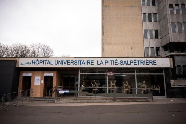 Une entrée de l'hôpital de la Pitié-Salpêtrière à Paris photographiée...