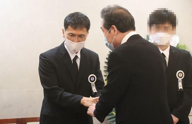 모친상으로 형집행정지를 받은 안희정 전 충남도지사가 6일 서울 종로구 서울대학병원 장례식장에 마련된 모친 빈소에서 이낙연 더불어민주당 의원을 맞이하고