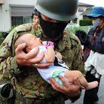 赤ちゃんら救命ボートで救助 小学校で一夜を明かす児童たちも 冠水した福岡県大牟田市