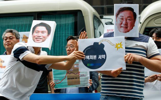 경제정의실천시민연합 회원들이 서울 여의도 더불어민주당사 앞에서 '더불어민주당 주택처분 서약 불이행 규탄 기자회견'을 진행했다.