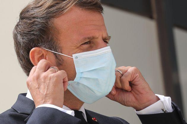 Image d'illustration - Emmanuel Macron enl_ve ton masque en arrivant au sommet du G5 Sahel, le 30 juin