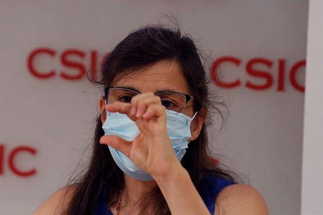La investigadora Mar Valés da una rueda de prensa, junto al equipo de investigadores, los jefes de Inmunología...