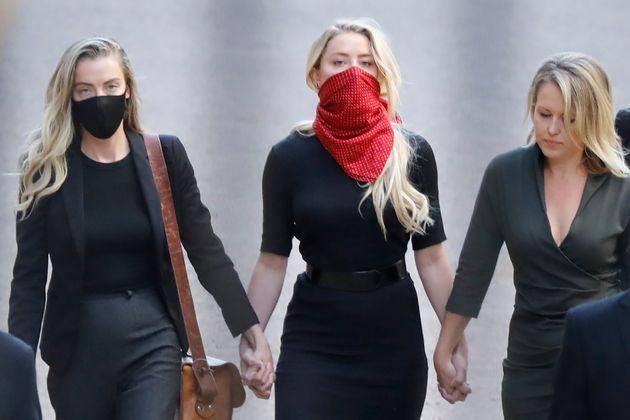 Amber Heard, masquée, arrive au tribunal à