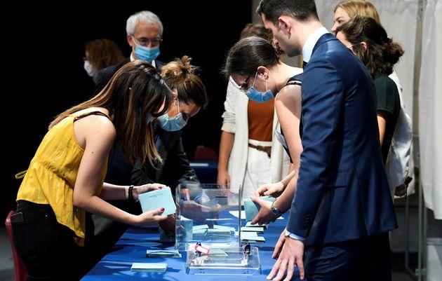 Des assesseurs comptent les votes lors du conseil municipal de Paris, le 3 juillet