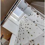 Un condo à louer avec mur d'escalade intérieur de 4 étages à
