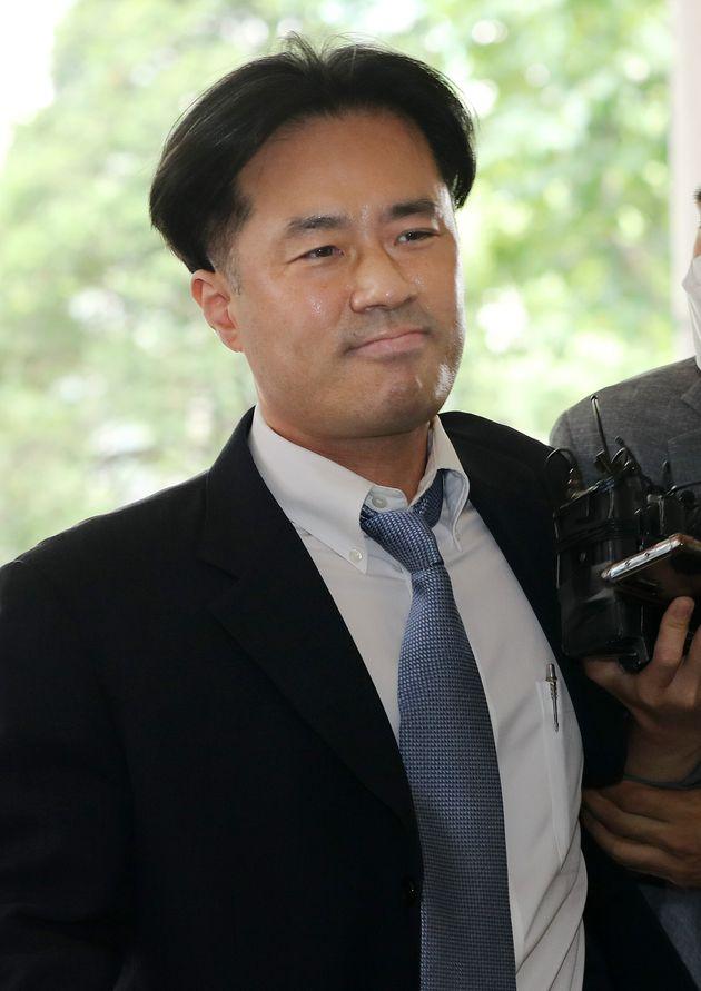 손석희 JTBC 사장에게 채용과 금품을 요구한 혐의로 재판에 넘겨진 프리랜서 기자 김웅 씨가 8일 오전 서울 마포구 서부지방법원에서 열린 선고공판에 출석하고