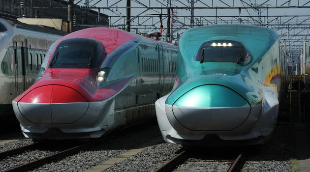 秋田新幹線E6系スーパーこまち(左)と東北新幹線E5系はやぶさ(右)=2012年5月19日、栃木県小山市の小山新幹線車両センター