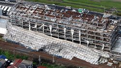 新庁舎の工事足場が線路内に倒壊、 強風の影響か(大阪・柏原市)
