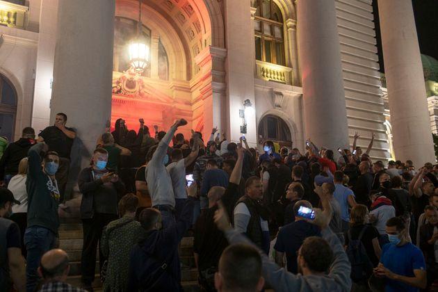 Σε πολιορκία η Βουλή στη Σερβία - Επεισόδια σε διαδηλώσεις κατά των μέτρων για την