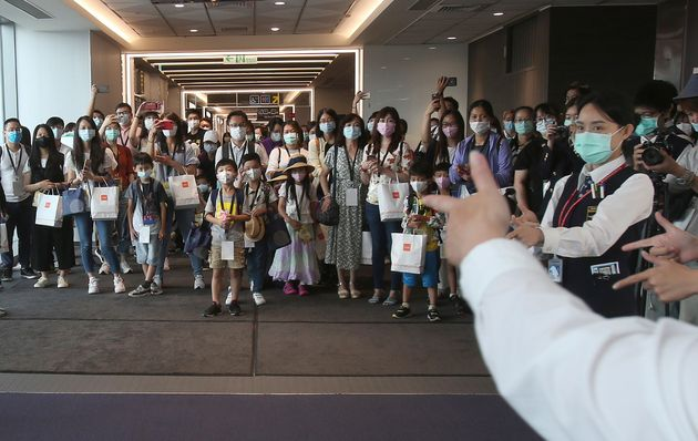이번 행사 참가자들이 보건당국 관계자들로부터 손 씻기 방법에 대한 설명을 듣고 있는 모습. 타이베이, 대만. 2020년