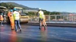 La stesura del primo strato di asfalto sul nuovo Ponte di Genova