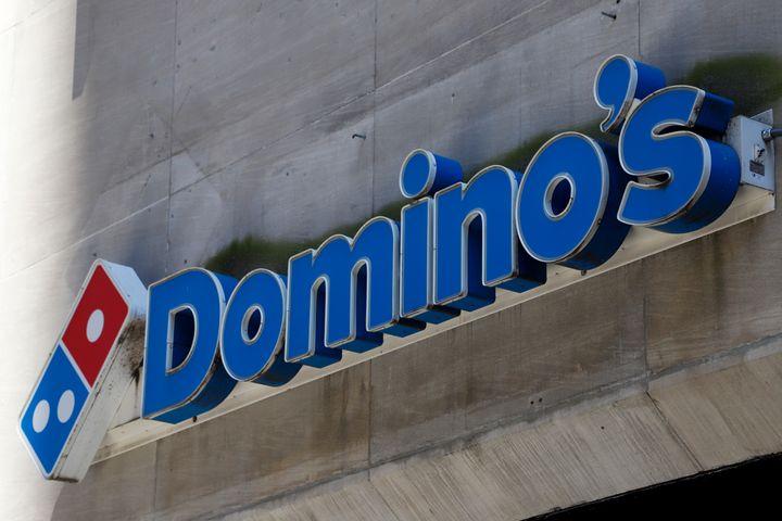 Domino's Pizza s'attire les foudres de L214 pour la provenance et les conditions d'élevage de son poulet au Brésil.