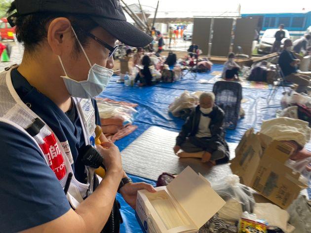 避難所では感染症対策のためにマスクを配布している
