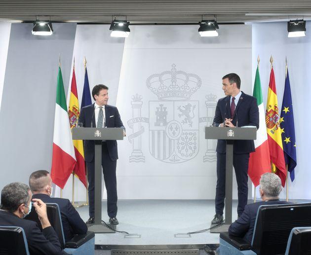 El presidente español, Pedro Sánchez, junto al primer ministro italiano, Giuseppe Conte,...