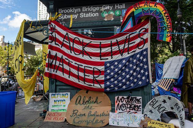 Bandera estadounidense con el lema 'Black Lives Matter' en la plaza del