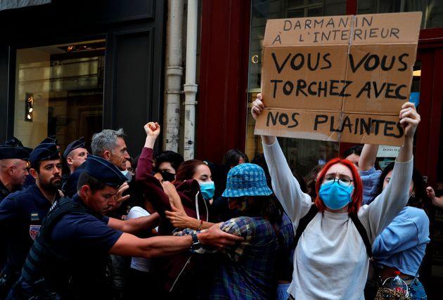 Feministas protestam contra ministros de Macron acusados de estupro e