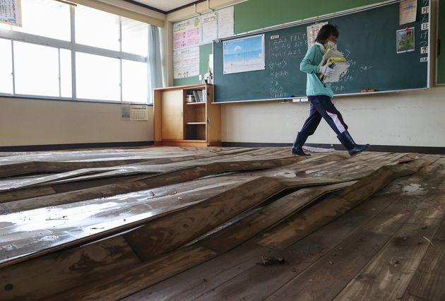 浸水し、床板が浮き上がった福岡県大牟田市立みなと小学校の教室=8日午後