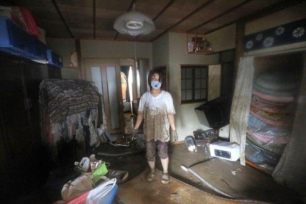 大雨で被害を受けた住宅。2階まで浸水したという=5日午後、熊本県人吉市