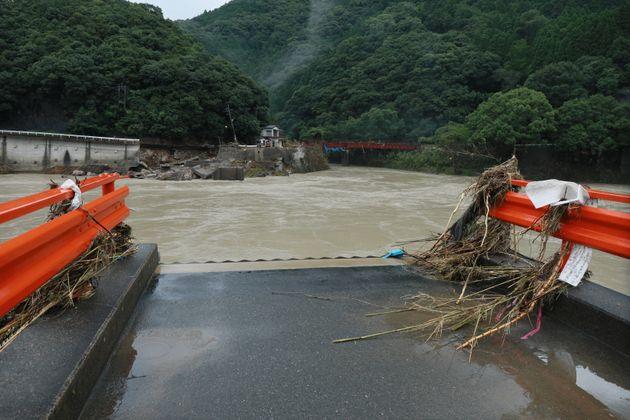 大雨で流された球磨川の深水橋=7日午前、熊本県八代市