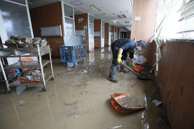 泥水が流れ込んだ球磨病院=7日午後、熊本県人吉市