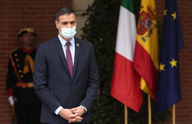 Pedro Sánchez, esperando al primer ministro italiano, Giuseppe Conte, este miércoles en...
