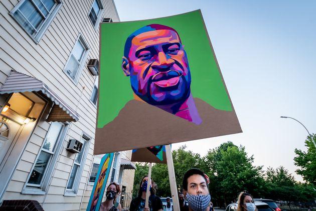 Un portrait de George Floyd brandit lors d'une manifestation contre les violences