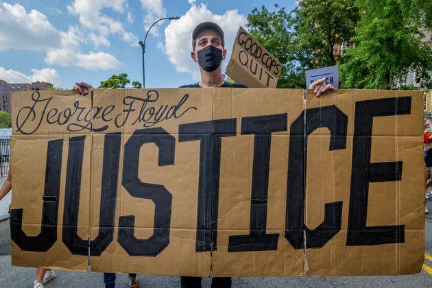 Un manifestante con una pancarta pidiendo justicia para George Floyd el 4 de julio de 2020 en Nueva York...
