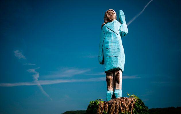 La statua di Melania Trump data alle fiamme nella natia Slov