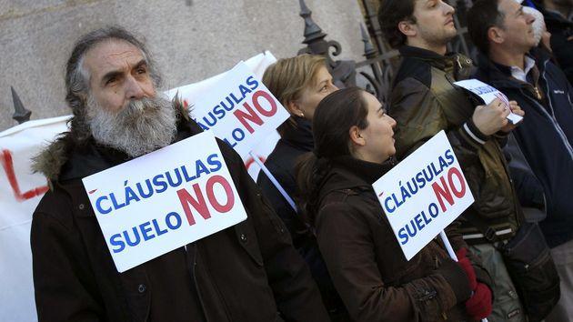 Manifestantes contra las clásulas