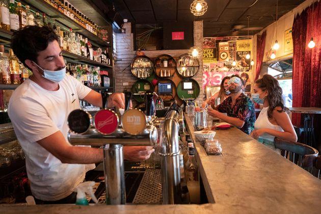 Un clientes toman algo en un bar de Tel
