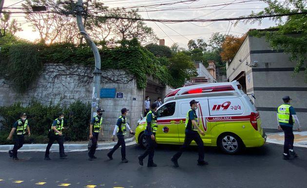 박원순 서울시장이 연락두절 된 9일 저녁 서울 성북구 북악산 자락 일대에서 경찰들이 수색작업을 하고