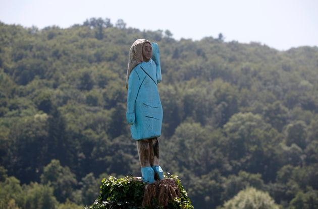 Έκαψαν το ξύλινο άγαλμα της Μελάνια Τραμπ στη