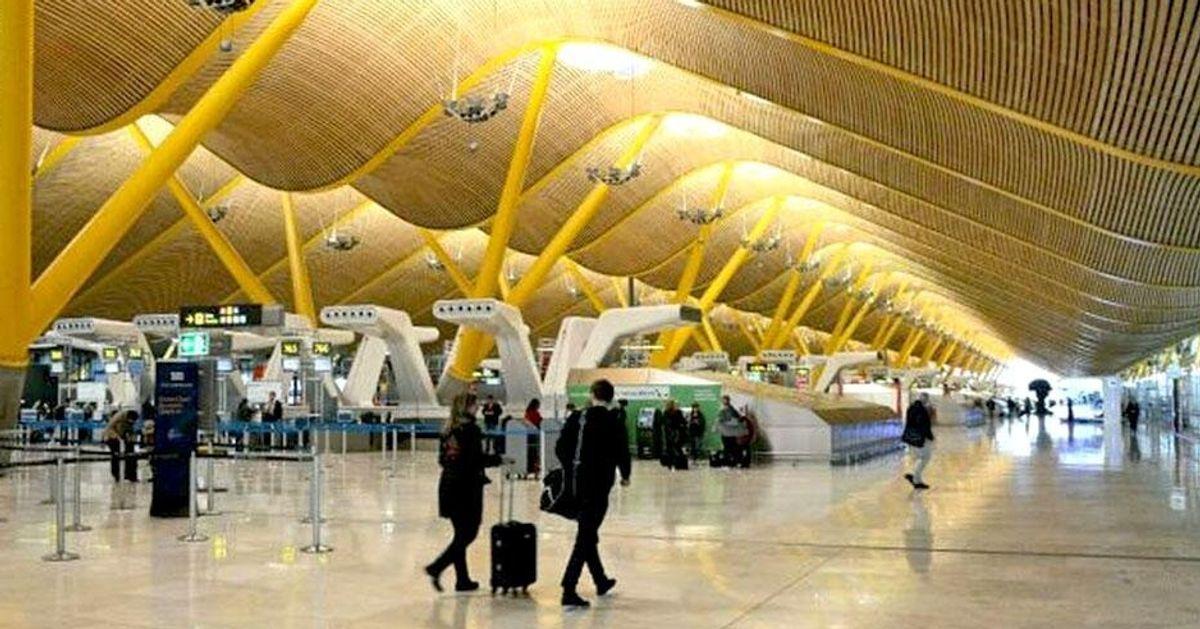 Sanidad comunica a Madrid los dos primeros casos de covid localizados en Barajas