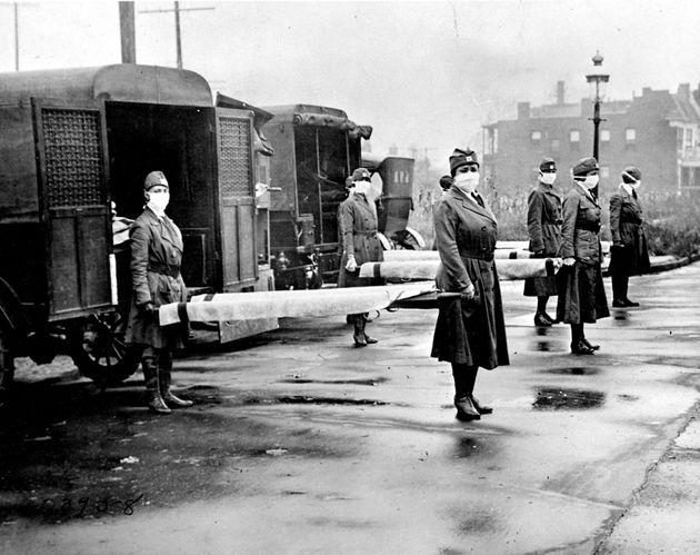 Miembros de la Cruz Roja, frente a una fila de ambulancias en St Louis, Missouri (EEUU), en octubre de...