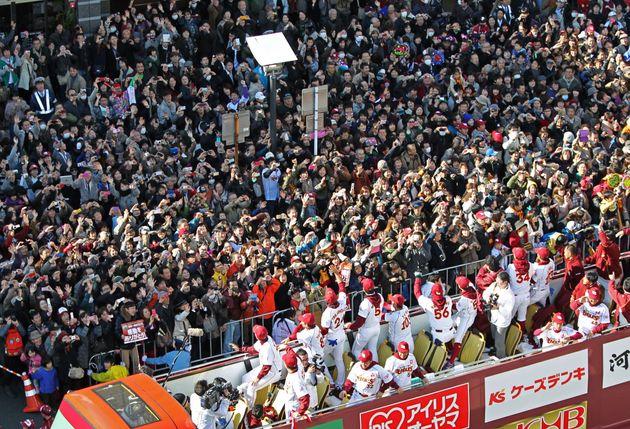 沿道を埋め尽くしたファンが見守るなか行われた日本一を達成した楽天の優勝パレード=2013年11月24日、宮城県仙台市