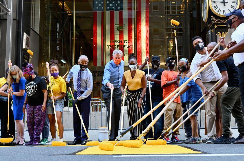 빌 더블라지오 뉴욕시장(가운데)이 다른 참석자들과 함께 페인트를 칠하고 있다.뉴욕, 미국. 2020년