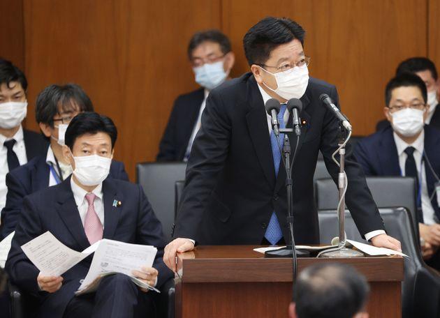 衆院決算行政監視委員会で答弁する加藤勝信厚生労働相(右)。左は西村康稔経済再生担当相=2020年04月13日、国会内