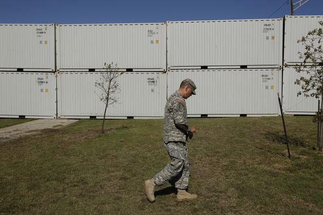 Un militaire sur la base militaire américaine de Fort