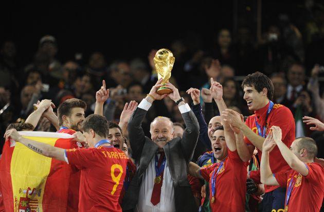 Vicente del Bosque celebra junto con la selección española la conquista del Mundial de Sudáfrica, el...