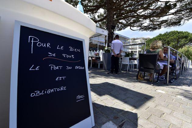 Devant la terrasse d'un restaurant à Arcachon (Gironde), le 2 juin