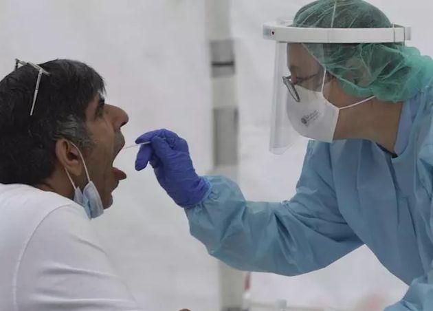 Realización de un test de coronavirus en
