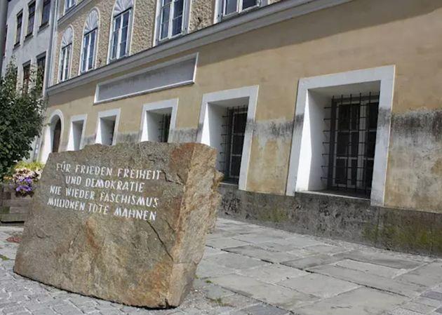 Memorial antifascista delante de la casa natal de Adolf