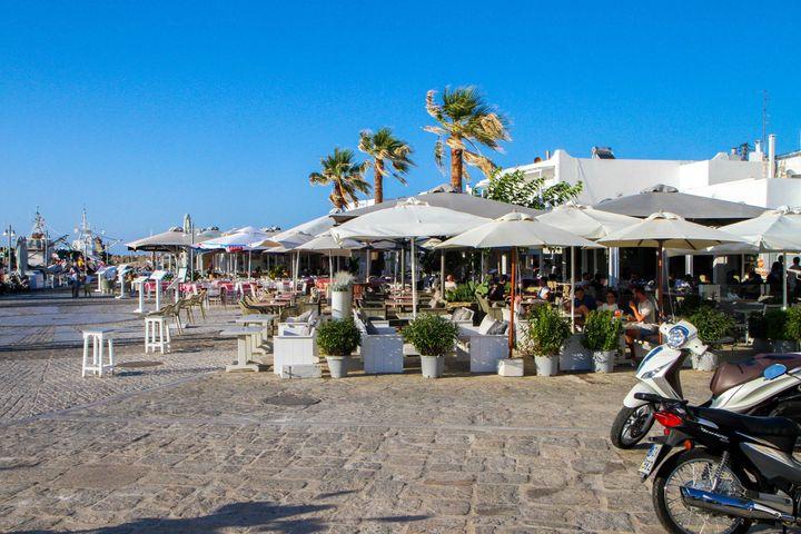 Άλλη μία φωτογραφία από το σημείο που φεύγουν τα καΐκια για τις παραλίες με τα γνωστά καφέ Καρίνο και Amelie.