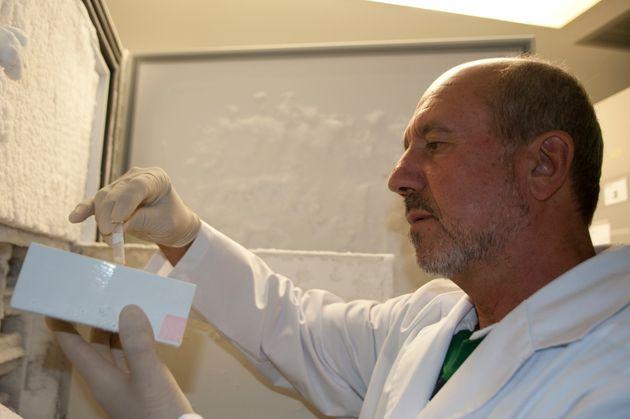 Mariano Esteban, trabajando en el Centro Nacional de