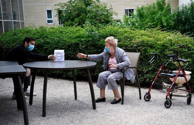 Une femme âgée résidente d'un EHPAD reçoit un cadeau de la part de son petit-fils...