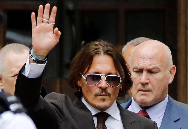 Johnny Depp na saída da Alta Corte de Londres, no dia 10 de julho de 2020. Ele acena para a imprensa...